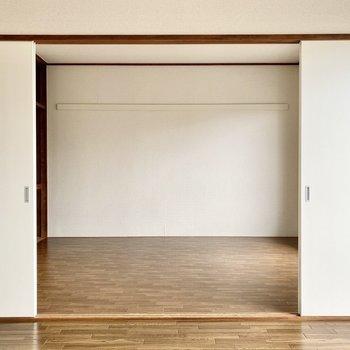 【約6帖洋室西】洋室同士も大きな引き戸で仕切られています。