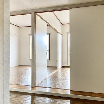 2つの洋室とキッチンは引き戸で仕切られています。