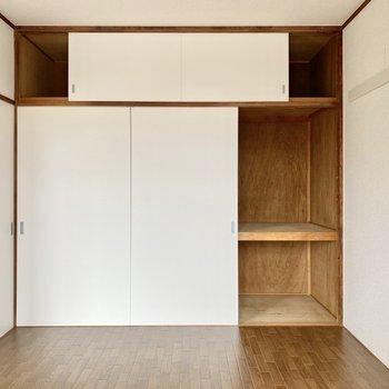 【約6帖洋室東】同じく1面の収納スペースが。