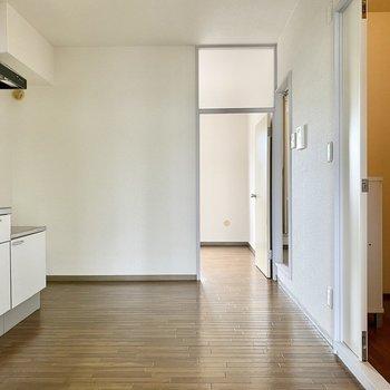 【キッチン】キッチンから各洋室に繋がっていますよ。