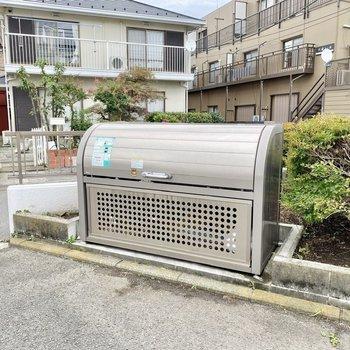 ゴミ置場が敷地内にあるので、出勤やお出かけの際にさっとゴミを出せます。