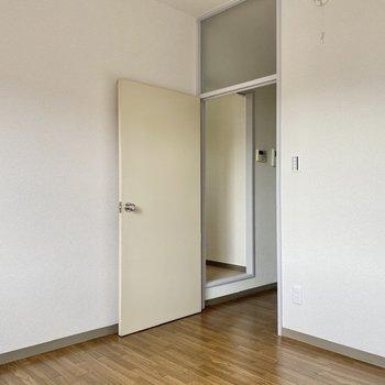 【約4帖洋室】扉の上には磨りガラスが張られています。