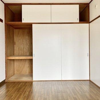 【約6帖洋室西】写真左が収納スペース、右の引き戸を開けるとキッチンへ繋がります。