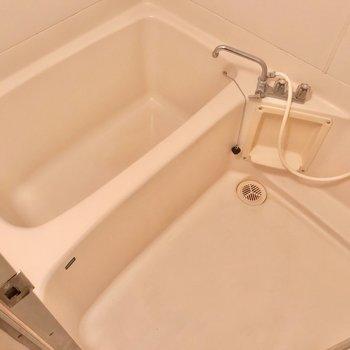 1人ずつ入りたい広さです。シャワーヘッドを交換したら、もっと使いやすくなりそう。(※写真は清掃前のものです)