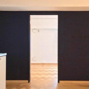 キッチンの隣に洋室。開き戸でしっかり仕切られています。(※写真は清掃前のものです)