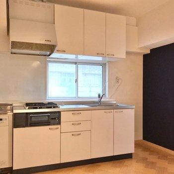 キッチンは奥に。冷蔵庫はシンクの隣に置けますよ。(※写真は清掃前のものです)