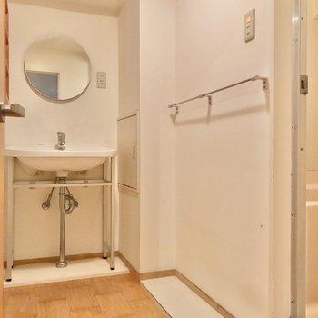丸い鏡が素敵な洗面台に……(※写真は清掃前のものです)