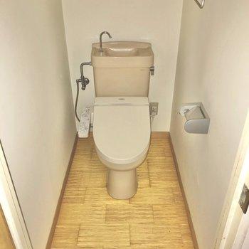 トイレも廊下に。ウォシュレット付きで快適です。(※写真は清掃前のものです)