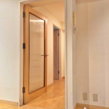 廊下側にも洋室が1部屋。(※写真は清掃前のものです)