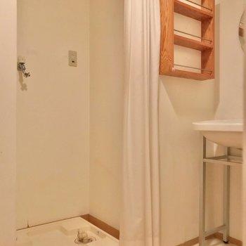 温もりのある木の棚。洗濯機はカーテンで隠せます。(※写真は清掃前のものです)