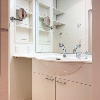 大きな鏡に大きな洗面台。使い勝手良好です。