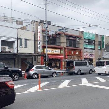 駅周辺には飲食店が並んでいました。