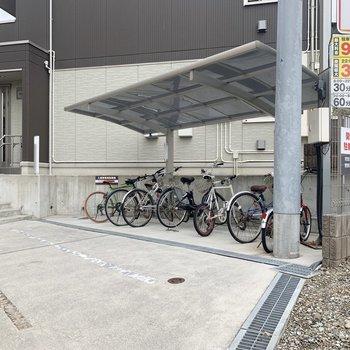 駐輪スペースはエントランス右側にあります。