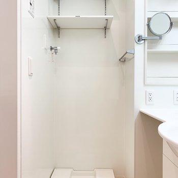 洗濯機置き場に棚があるのが嬉しいですね。