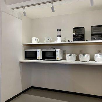 電子レンジやコーヒーメイカーなどが揃っていて料理が捗りますね。