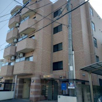 別の名前の建物とお隣にくっついて並んだおもしろい建物です