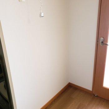 キッチンの横はスペースのゆとりがあります◎(※写真は5階反転間取り別部屋のものです)