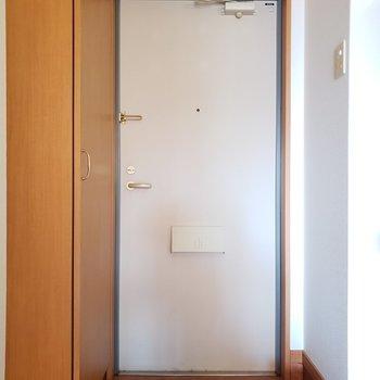 玄関周りは窮屈感は感じません!(※写真は5階反転間取り別部屋のものです)