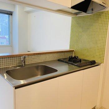 シンプルホワイトキッチンにオリーブタイルが本当によく似合う!