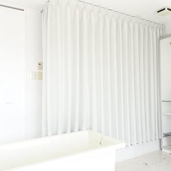 お風呂はカーテンで隠せます!