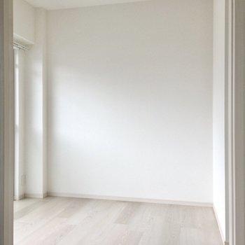 お隣のお部屋は少しコンパクトなサイズ感。