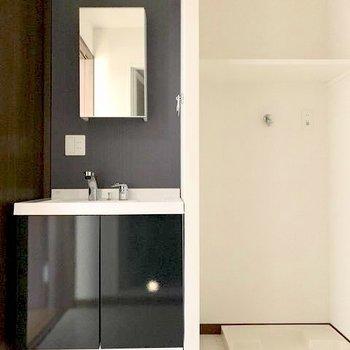 洗濯機上の棚は嬉しいですね◎※写真は1階の同間取り別部屋のものです