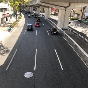 建物目の前は交通の多い通りです。
