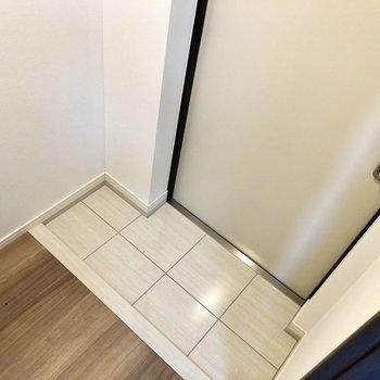玄関はコンパクトめなのでシューズボックスに片付けちゃいましょう。※写真は4階の同間取り別部屋のものです