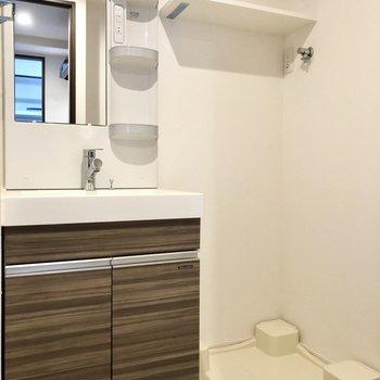洗濯機置き場の上に棚があるの便利ですね。※写真は4階の同間取り別部屋のものです