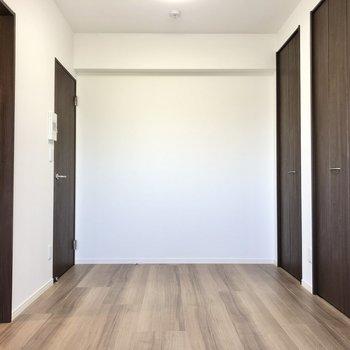 色の統一感がかっこいい空間です。※写真は4階の同間取り別部屋のものです