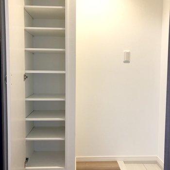 シューズボックスは高さ調節も可能です。※写真は4階の同間取り別部屋のものです