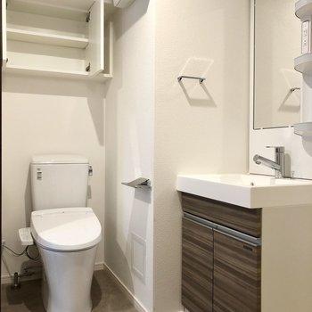 独立洗面台の左側にトイレがあります。※写真は4階の同間取り別部屋のものです
