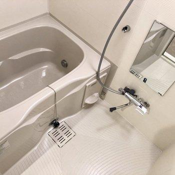 追い炊き機能、浴室乾燥機付きです。※写真は4階の同間取り別部屋のものです