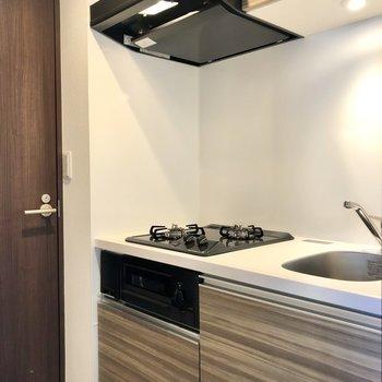 上にも下にも収納できるキッチン。※写真は4階の同間取り別部屋のものです