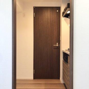 キッチンの後ろが冷蔵庫置き場です。※写真は4階の同間取り別部屋のものです