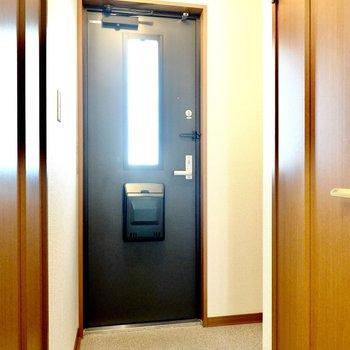 玄関も広め。靴箱はタタキの右奥に。