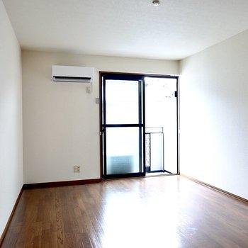 洋室は約12帖。家具配置だけでなく、心にもゆとりができますよ。