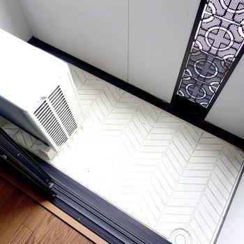 ベランダはコンパクトですが、竿受け付きなので室内から洗濯物の出し入れがしやすい広さ。