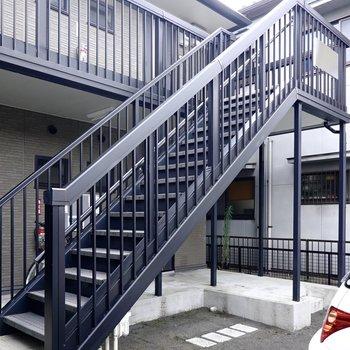 お部屋は2階でアクセスは階段のみ。ゆとりのある構造ですが家具搬入時の採寸は念入りに。
