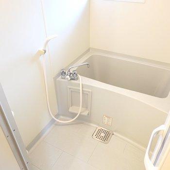 お風呂はシンプルな設備ですが、窓があるので換気がしやすいですよ。