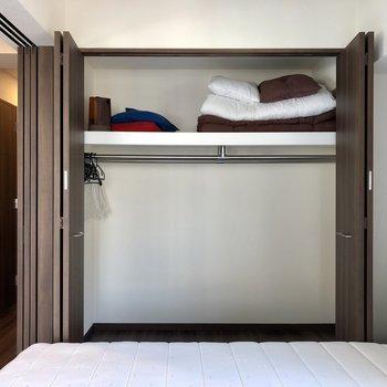 ワイドなクローゼットが付いています。※写真は6階の同間取り別部屋のものです