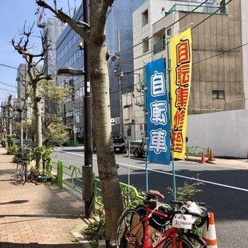 建物前の通りです。近くにコンビニもあります。