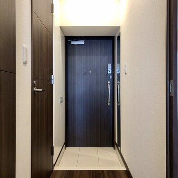 玄関には身だしなみをチェックできる鏡もあります。※写真は6階の同間取り別部屋のものです