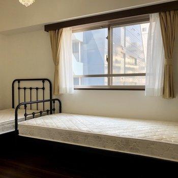 廊下側にある寝室。こちらも明るいですね。※写真は6階の同間取り別部屋のものです