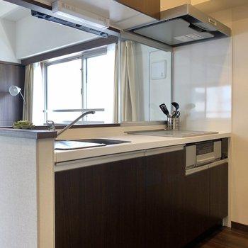 上下に収納できるカウンターキッチン。※写真は6階の同間取り別部屋のものです