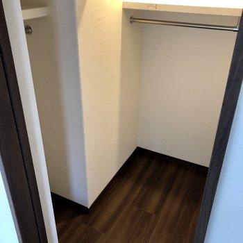 この部屋の収納はウォークインクローゼットです。※写真は6階の同間取り別部屋のものです