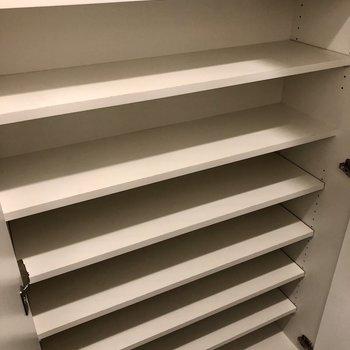 シューズボックスはワイドな可動棚が9段。※写真は6階の同間取り別部屋のものです
