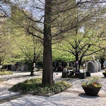 駅を出たところの桜川公園。穏やかな光景が広がっています。