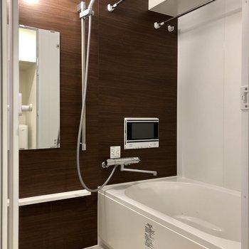 追い焚き・浴室乾燥機付きのバスルーム。※写真は6階の同間取り別部屋のものです