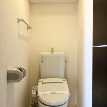 トイレは上部棚にストックを置いておけますよ。